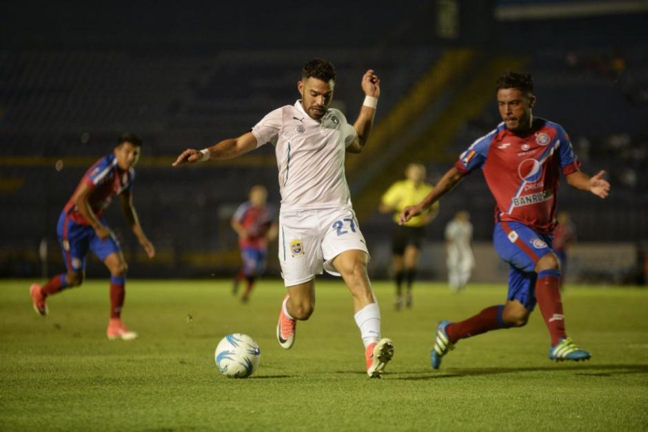 El partido contó con jugadas reñidas en distintos pasajes. (Foto: Wilder López/Soy502)