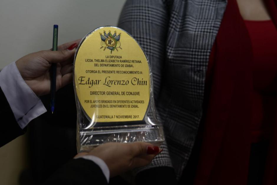 Este es el premio entregado al director de Conjuve. (Foto: Wilder López/Soy502)