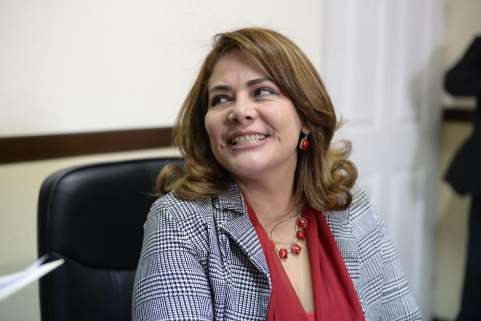 La parlamentaria de la UNE también entregó reconocimientos al equipo de trabajo de Conjuve. (Foto: Wilder López/Soy502)