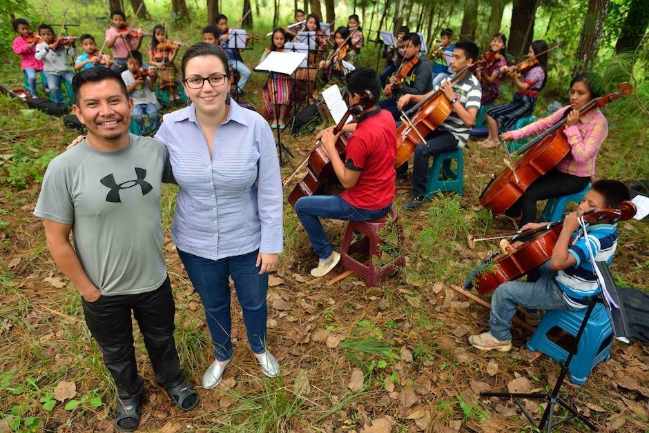 Rossana Paz, directora del Sistema de Orquestas de Guatemala, prepara a los niños junto con Edras. (Foto: Jesús Alfonso/Soy502)