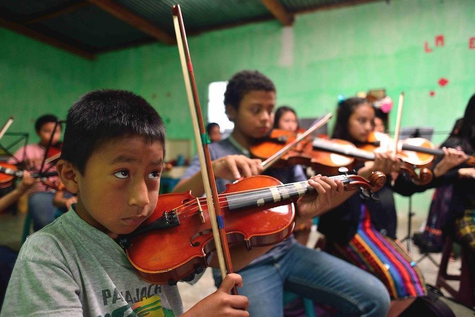 La orquesta recibió una donación de 12 violines de alguien en Estados Unidos. (Foto: Jesús Alfonso/Soy502)