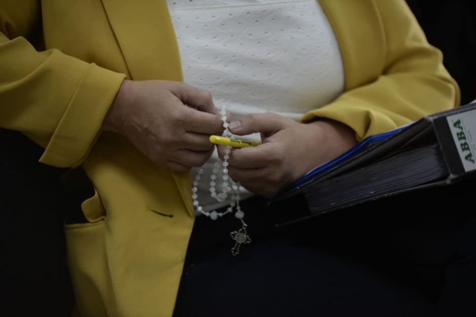 La sindicada ha rezado el rosario todos los días durante la audiencia de primera declaración. (Foto: Wilder López/Soy502).