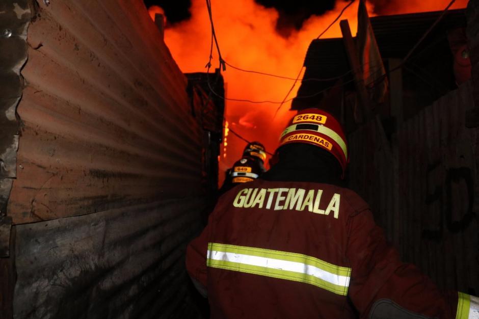 Los bomberos utilizaron más de 15 mil galones de agua para sofocar las llamas. (Foto: Bomberos Municipales)