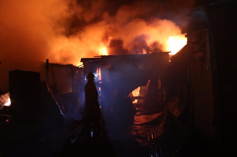 Los Bomberos Municipales trabajaron para apagar las llamas. (Foto: Bomberos Municipales)