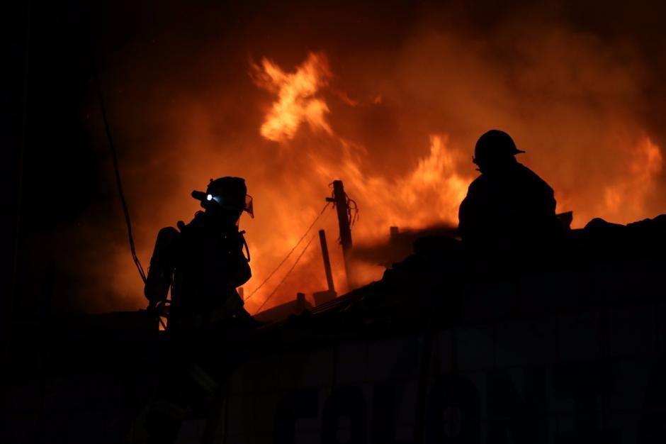 Algunos vecinos informaron que el fuego empezó por una pelea. (Foto: Bomberos Municipales)