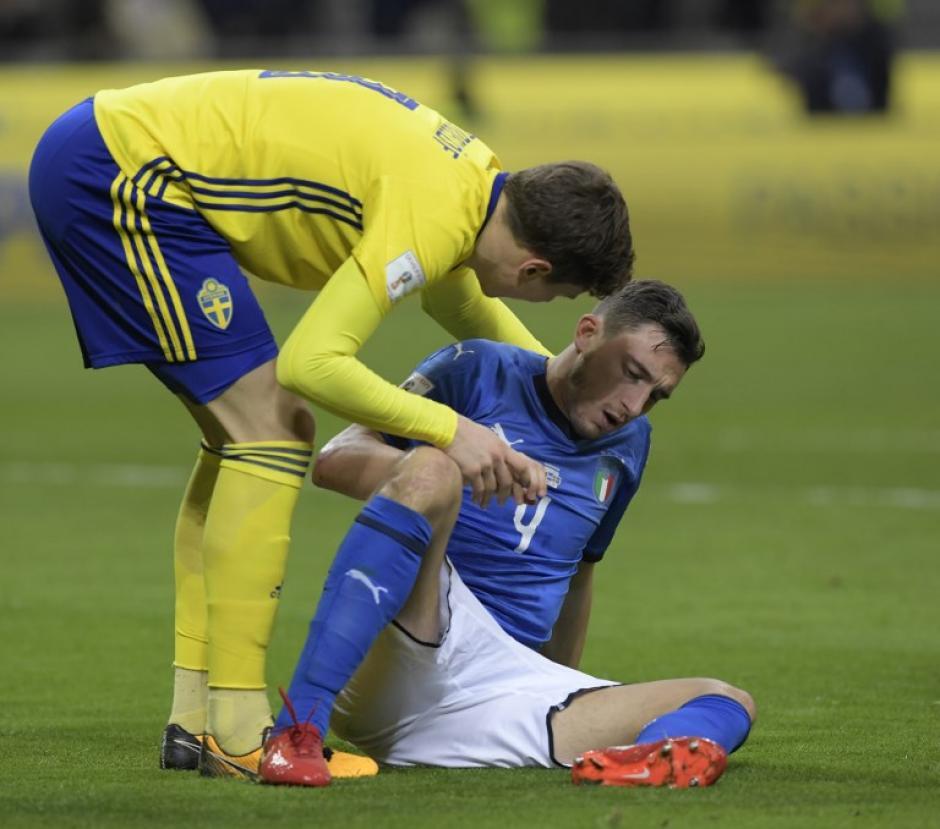 Al final del juego los suecos intetaron consolar a los italianos. (Foto: AFP)