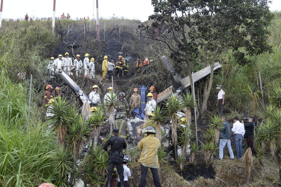 Bomberos de ambos cuerpos de socorro trabajaron en el lugar para sofocar las llamas. (Foto: Wilder López/Soy502)