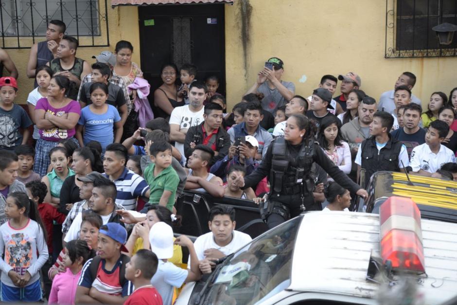 Los vecinos del sector observan el trabajo de los socorristas en la colonia La Libertad. (Foto: Wilder López/Soy502)