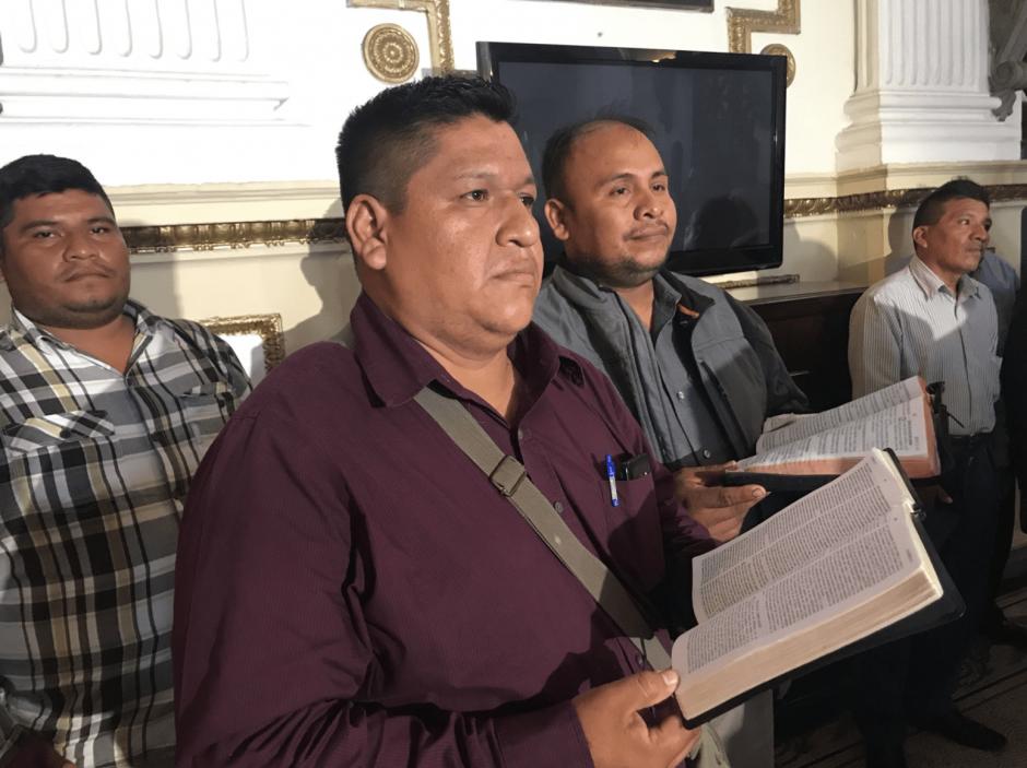 Con Biblia en mano, un grupo de pastores respaldó la propuesta. (Foto: cortesía José Castro)