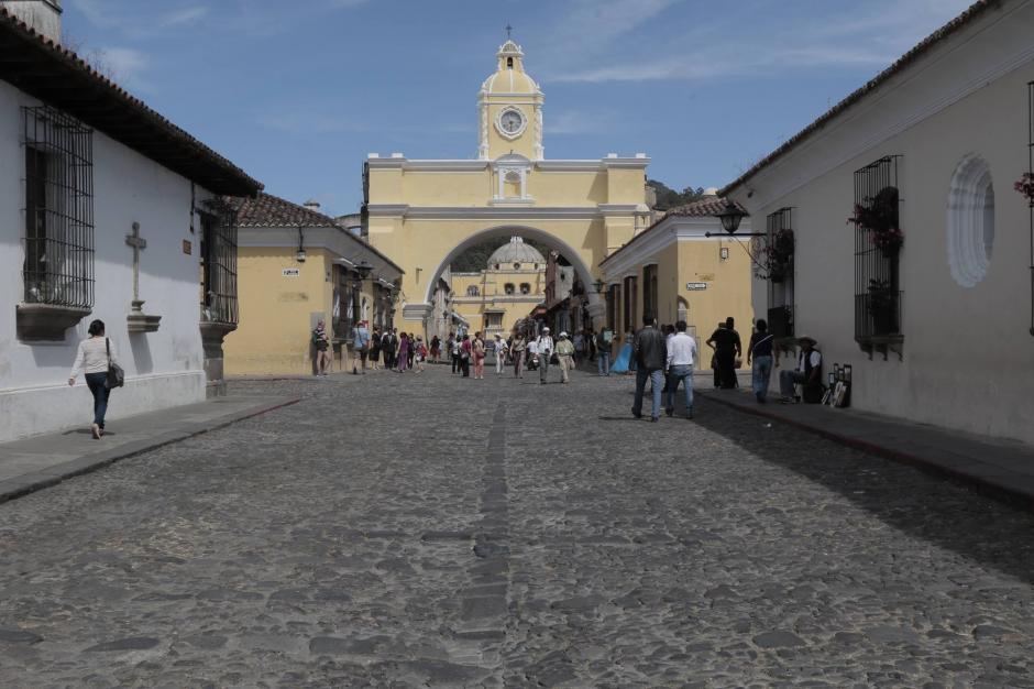 Los antigüeños y visitantes disfrutan de la rejuvenecida imagen del Arco de Santa Catalina. (Foto: Alejandro Balán/Soy502)