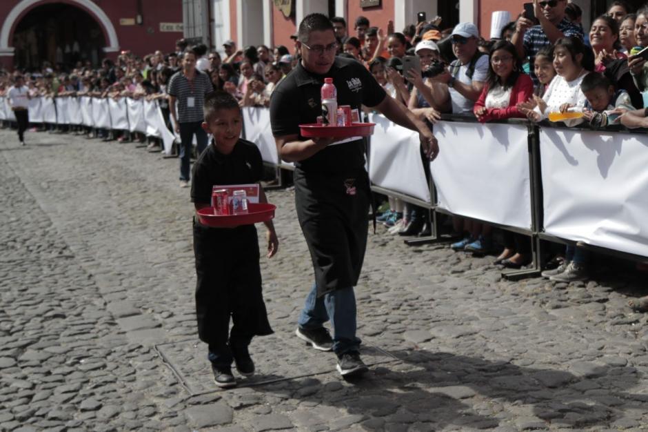 Padre e hijo cruzan la meta y son aplaudidos por el público. (Foto: Alejandro Balán/Soy502)
