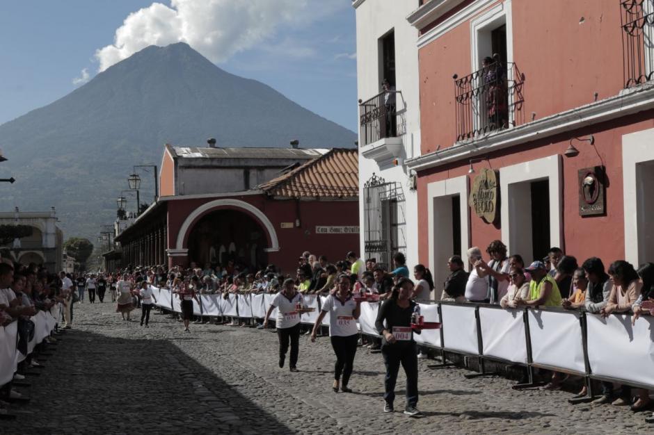 El volcán de Agua fue testigo del esfuerzo de los competidores. (Foto: Alejandro Balán/Soy502)