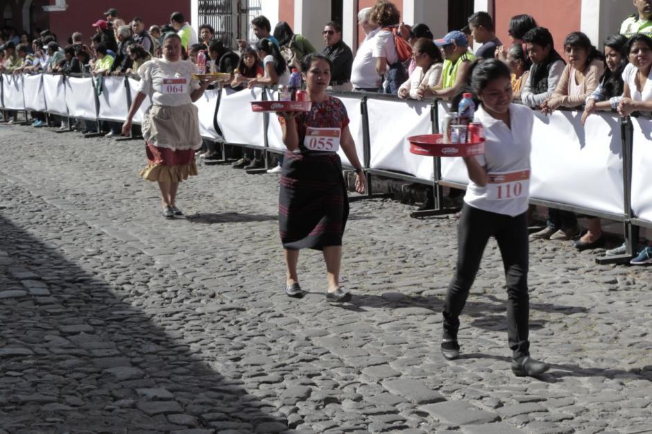 Las mujeres fueron las primeras en demostrar su destreza con la charola. (Foto: Alejandro Balán/Soy502)