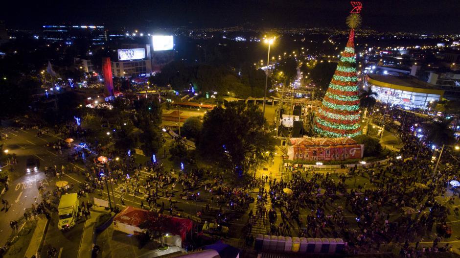 Con el encendido del Árbol Gallo inicia la época navideña en el país. (Foto: dron Soy502)
