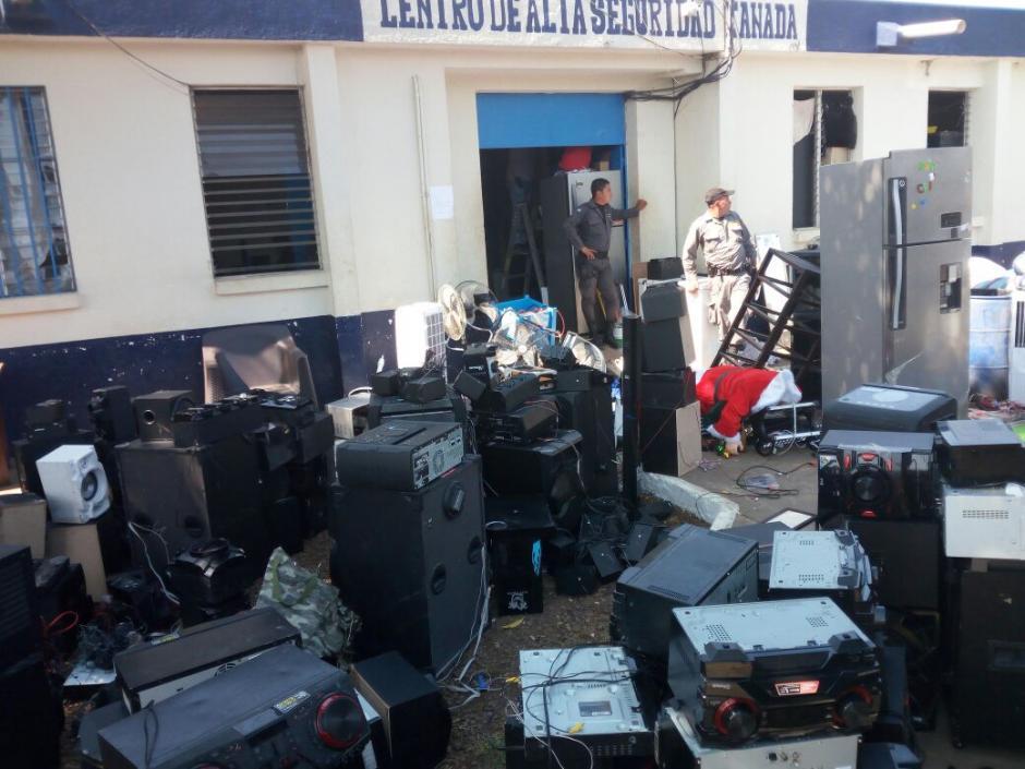 """Equipos de sonido, reproductores para DVD y refrigeradoras fueron los primeros hallazgos en la requisa a la cárcel de alta seguridad conocida como """"El Infiernito"""". (Foto; PNC)"""