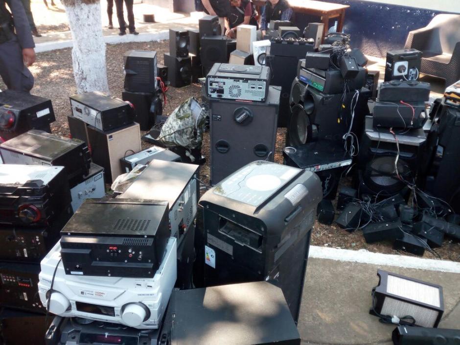 """Equipos de sonido es otro de los objetos más encontrados en la requisa a la cárcel """"El Infiernito"""". (Foto: PNC)"""