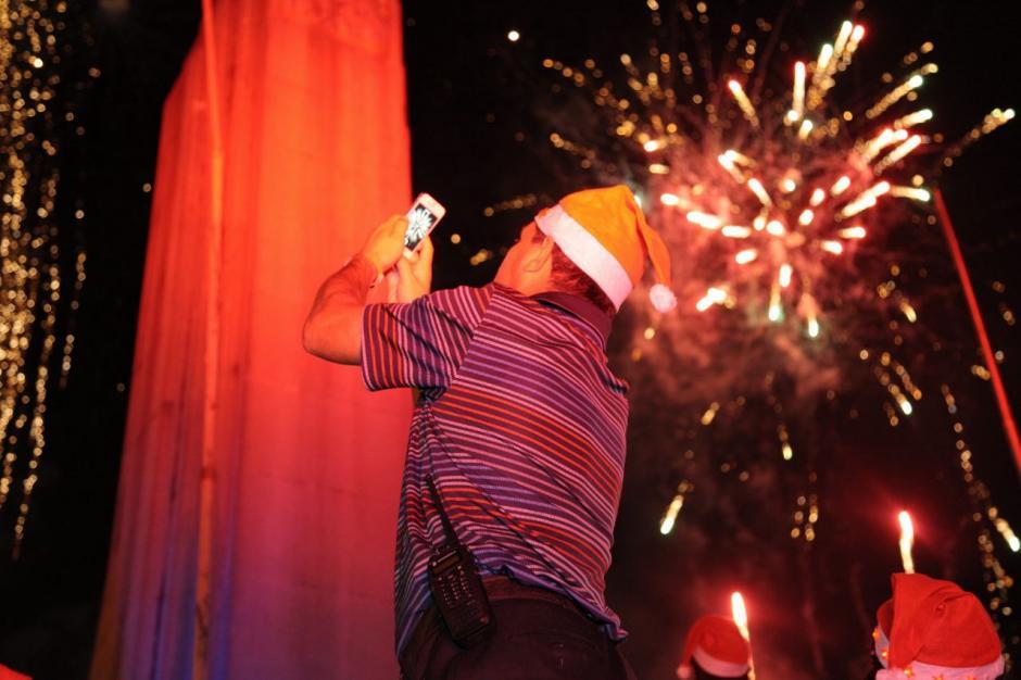 Miles de guatemaltecos captaron el show de luces de cierre con sus celulares. (Foto: Víctor Xiloj/Soy502)