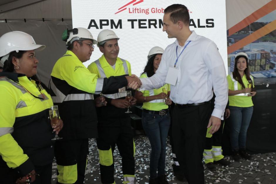 El representante de la empresa saludó a parte del equipo de la terminal. (Foto: Alejandro Balán/Soy502)