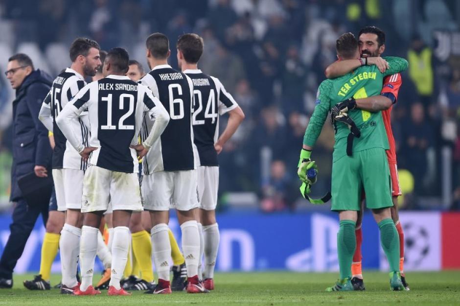 Al final del partido, se abrazó con el portero del Barcelona. (Foto: AFP)