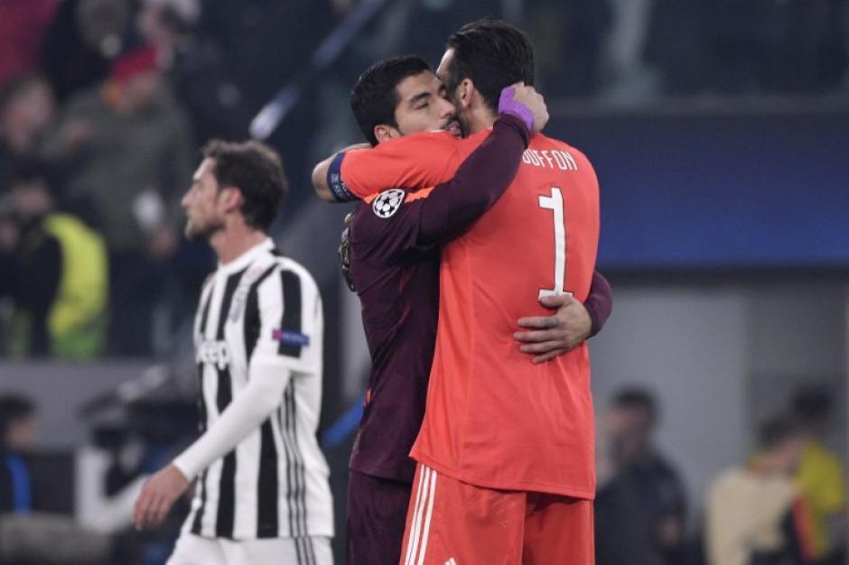 Luis Suárez se abrazó con el legendario guardameta italiano. (Foto: AFP)