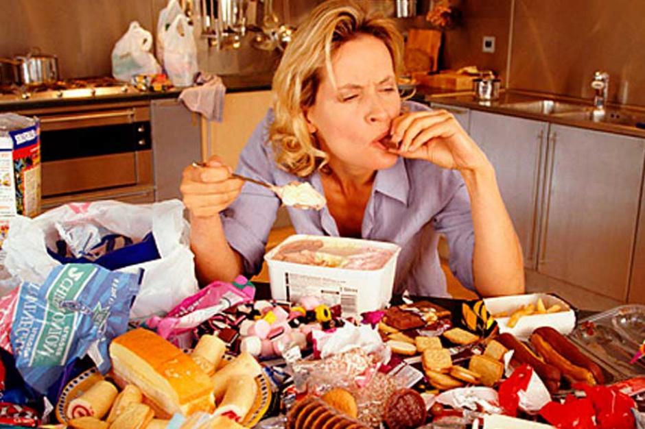 Estudio revela que comer de forma rápida aumenta las posibilidades de padecer enfermedades cardiovasculares. (Foto:centralinformativa.tv)
