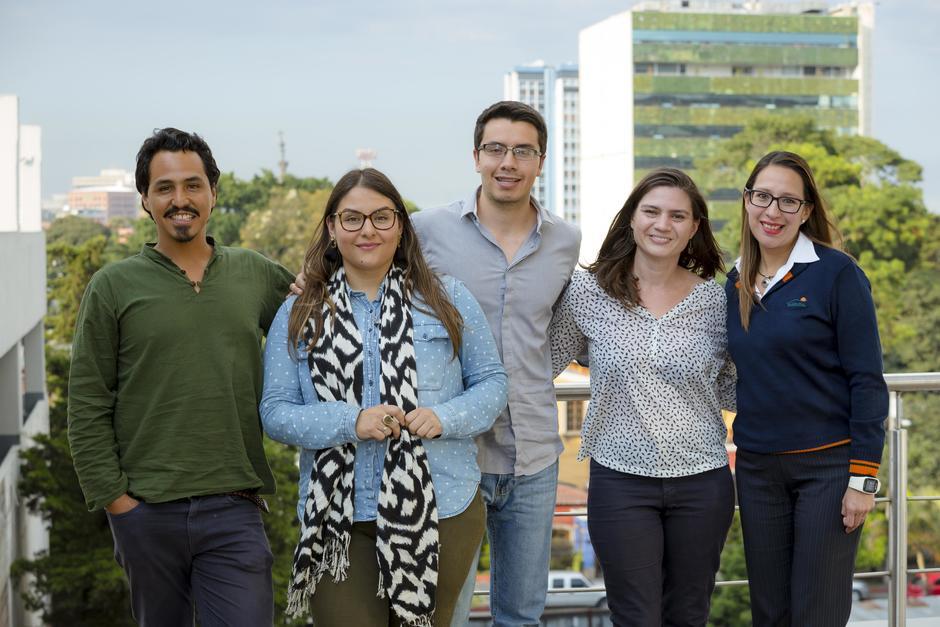 Los tres ganadores de Los Encuentros junto a representantes de Socialab y Banrural. (Foto: George Rojas/Soy502)