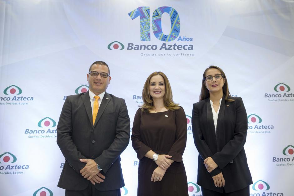 Walter Nájera, gerente de producto préstamos; Rosa María Castañeda, gerente de mercadeo y Sofy Hernández, gerente de Tarjeta Azteca, anunciando la celebración de los 10 años de Banco Azteca. (Foto: George Rojas/Soy502)