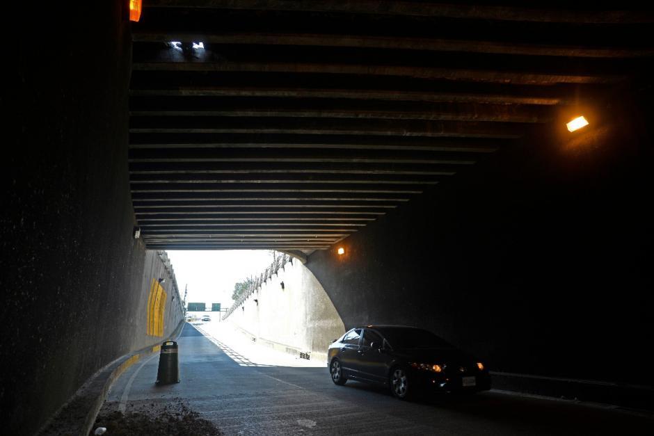 El agujero genera molestia en la Roosevelt, ya que el paso está bloqueado en un carril. (Foto: Wilder López/Soy502)