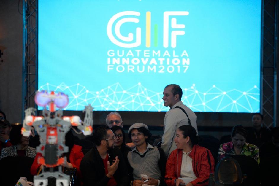 Los asistentes se quedaron impresionados con el robot. (Foto: Wilder López/Soy502)
