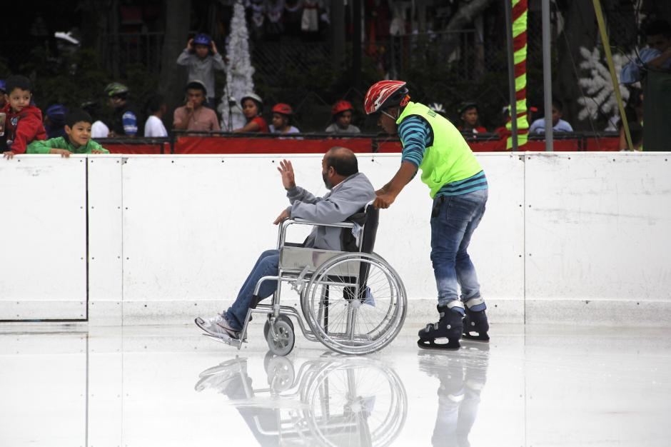 José Marcelino saluda a sus familiares que lo esperaban afuera de la pista. (Foto: Fredy Hernández/Soy502)