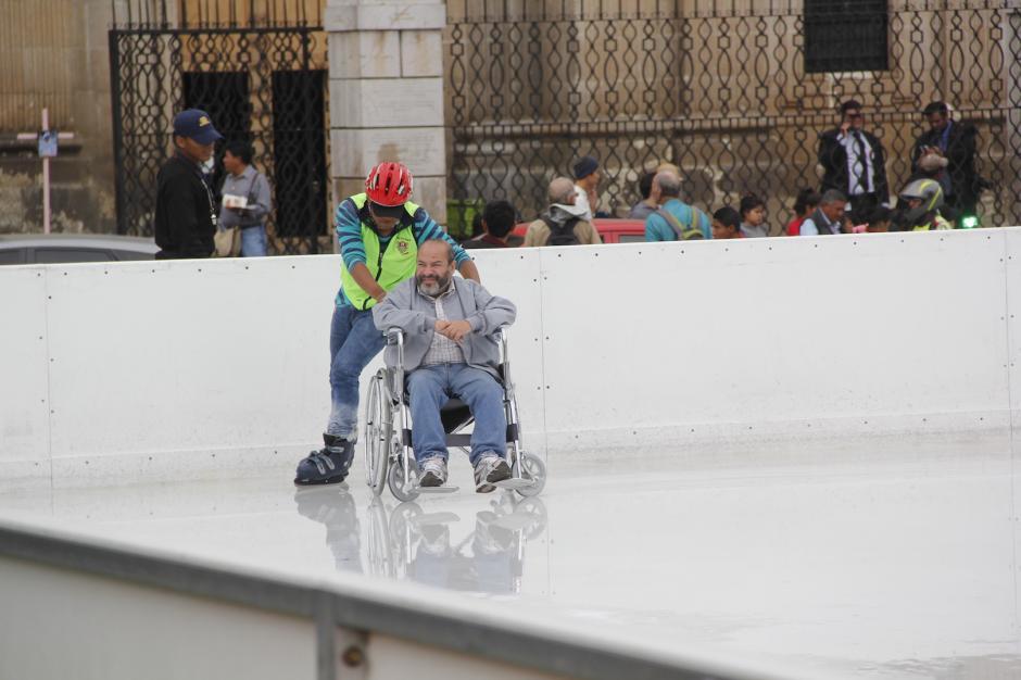 José Marcelino sonrió y gozó el recorrido en la pista de hielo. (Foto: Fredy Hernández/Soy502)
