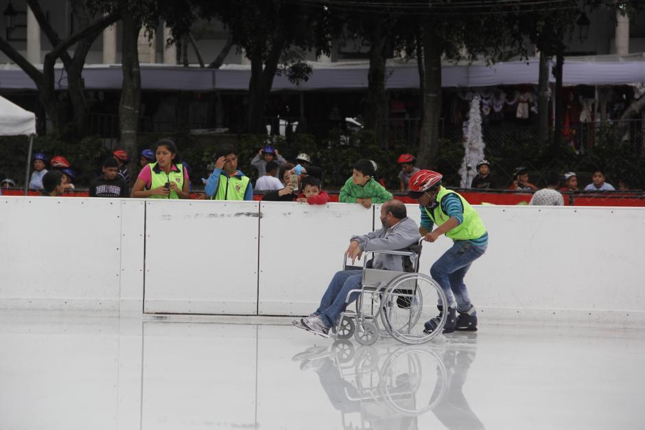 Un voluntario ayudó al hombre a cumplir su deseo. (Foto: Fredy Hernández/Soy502)
