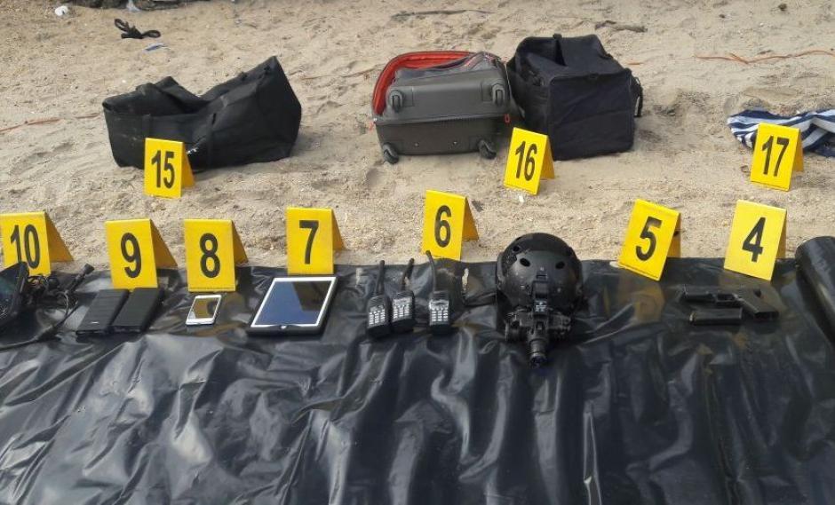 Radios, dinero y posible droga se localizó en el lugar. (Foto: PNC)