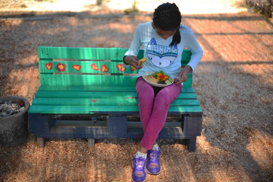 Los padres también se involucran cuidando el huerto. (Foto: Jesús Alfonso/Soy502)