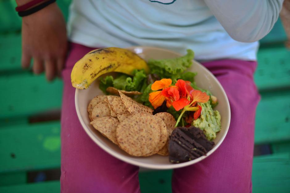 Los pequeños consumen sus propios productos. (Foto: Jesús Alfonso/Soy502)