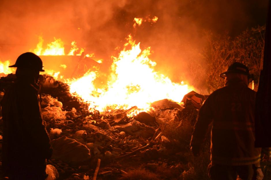 El incendio inició en horas de la madrugada. (Foto: Bomberos Voluntarios)