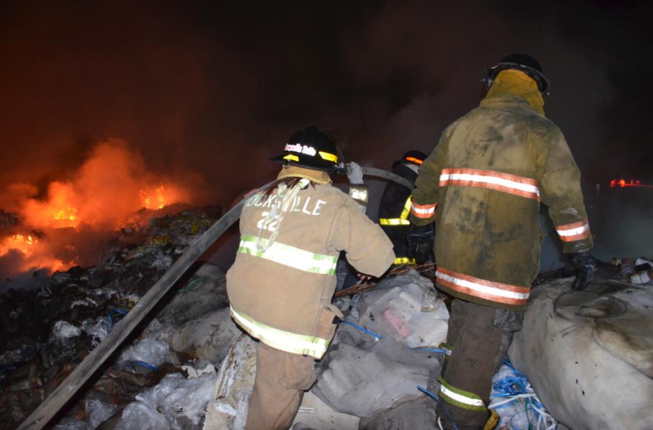 Los bomberos trabajaron en la mañana luego de reiniciar el fuego. (Foto: Bomberos Voluntarios)