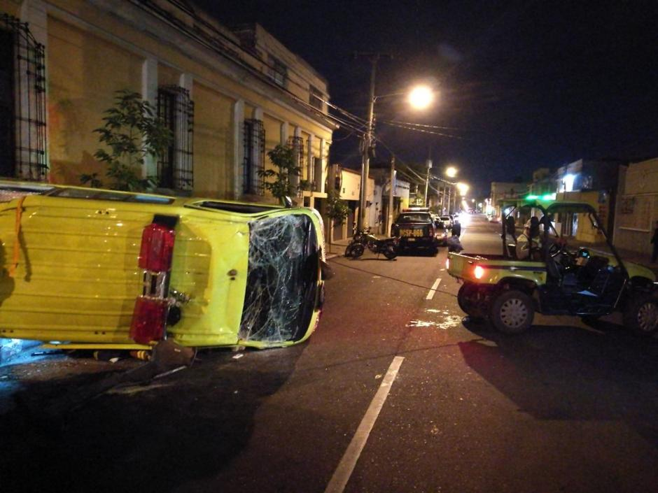 Una ambulancia volcó tras un accidente de tránsito en la zona 1. (Foto: Soy502)