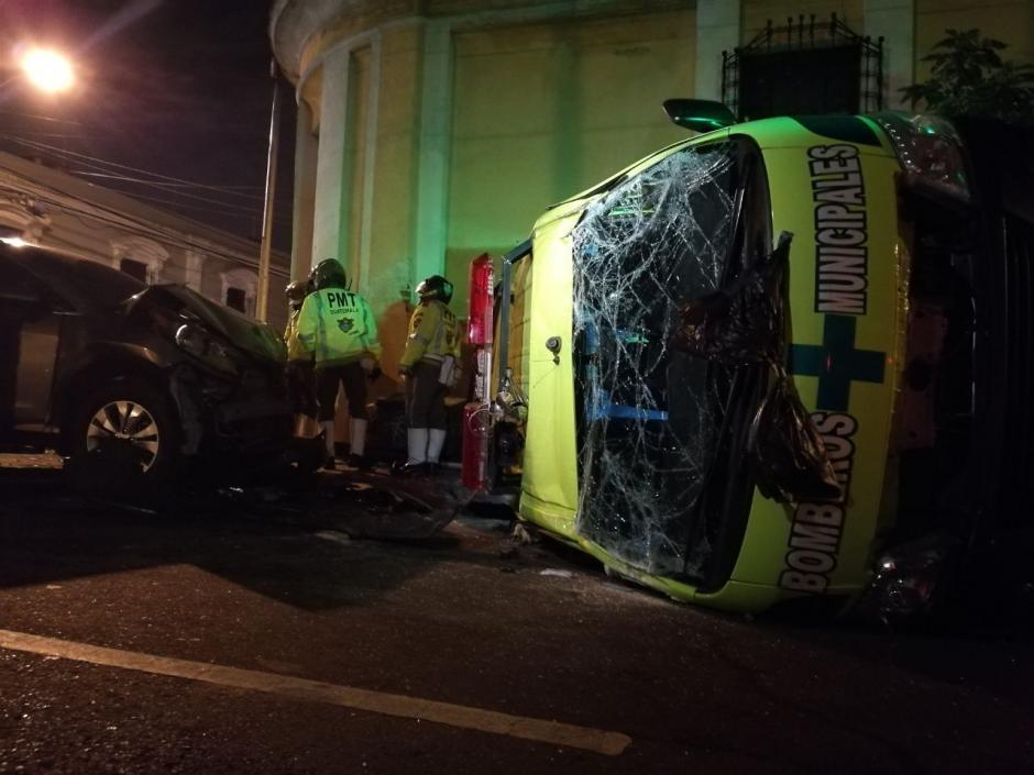 En el percance vial resultaron heridos tres bomberos. (Foto: Soy502)