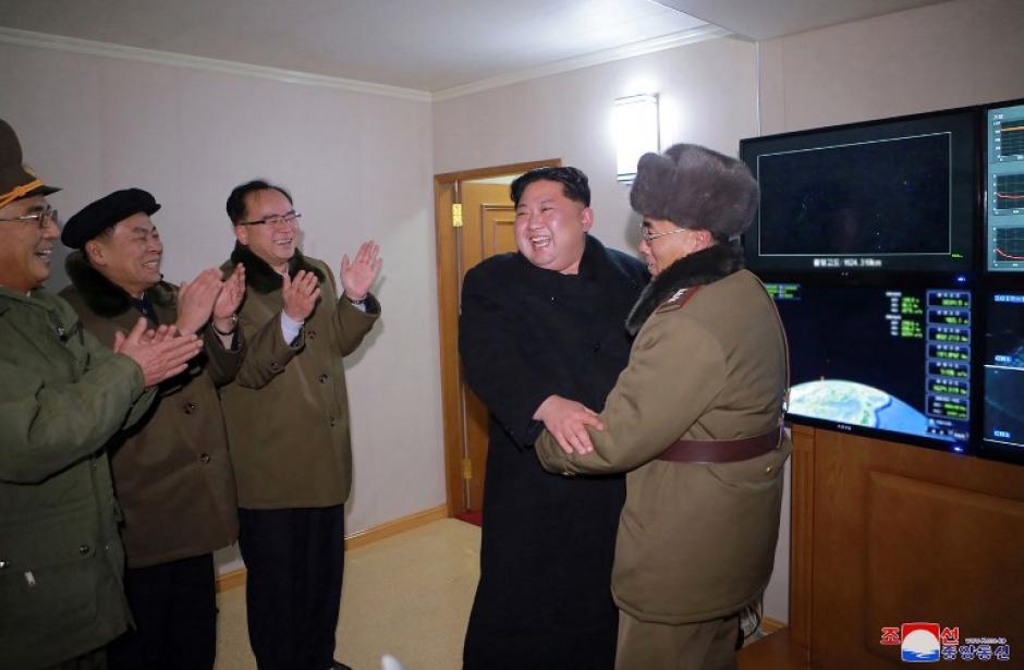 El júbilo del líder norcoreano festejó el lanzamiento. (Foto: AFP)