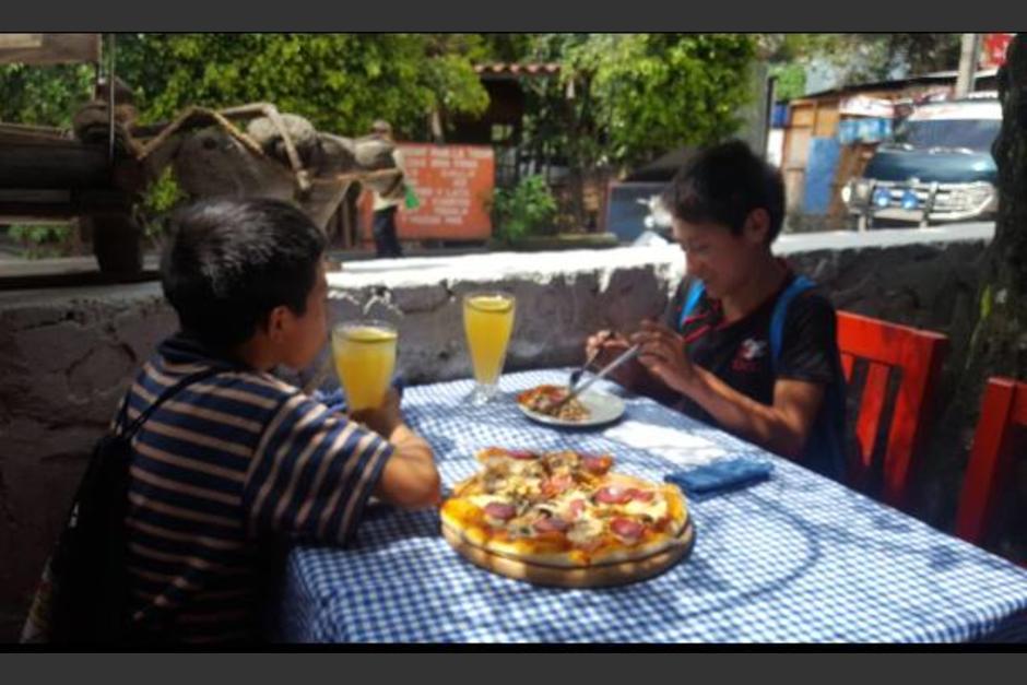 Dos niños lustradores fueron invitados a comer pizza por la celebración del día del niño. (Foto: Circus Panajachel)