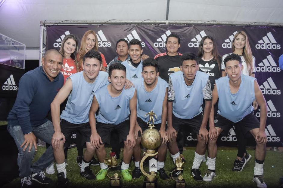 Juan Carlos Plata entregó el premio a los ganadores de la Copa Adidas Ocean Storm Guatemala 2017. (Foto: Adidas)