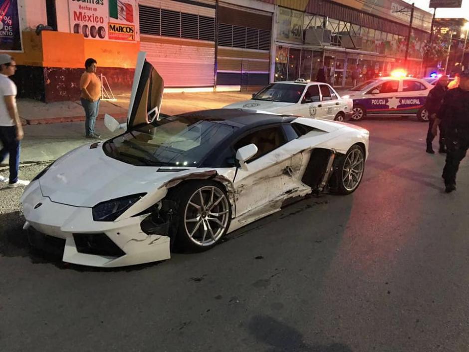 Chocan taxi y Lamborghini en Durango