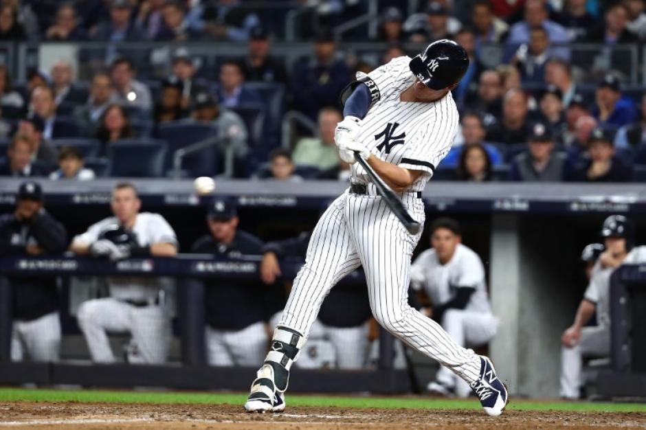 Aaron Judge se convirtió en el tercer novato en la historia de los Yankees en conectar un jonrón en su primer partido de postemporada. (Foto: AFP)