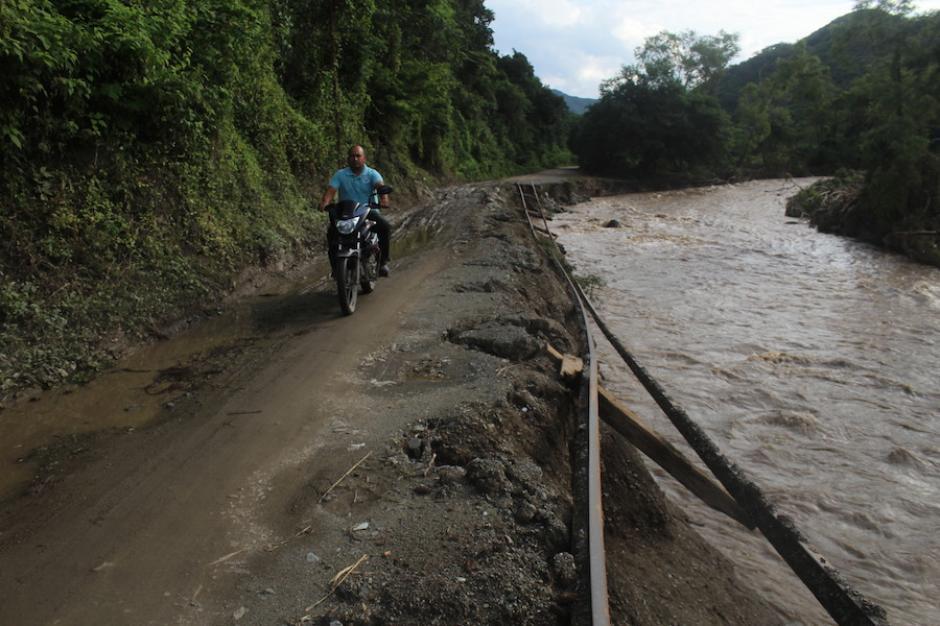 El río se comió esta carretera en El Progreso. (Silvia Roca/Nuestro Diario)