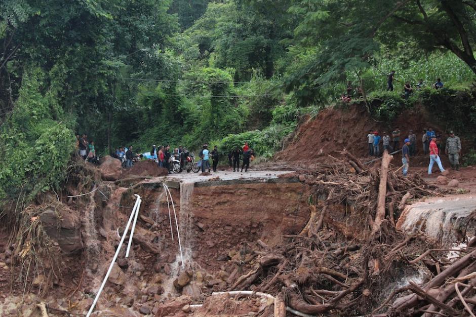 Carretera dañada en la Aldea El Chajil, la Democracia, Huehuetenango. La capa de asfalto es muy delgada y la tubería parece apta para una vivienda, no una obra de infraestructura. (Foto: Misael López/Nuestro Diario)