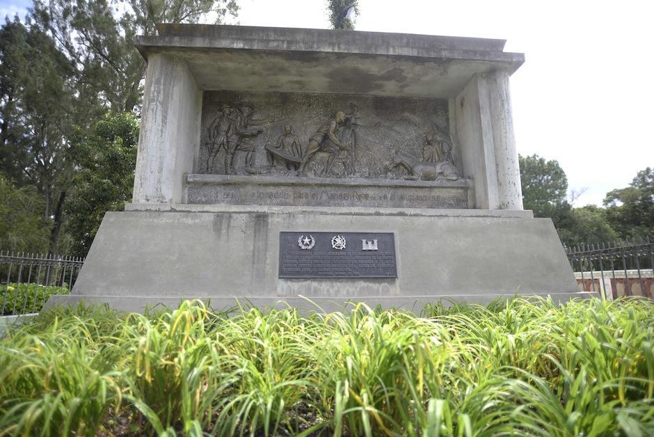 Este monumento, que data de 1880, cuenta la historia de su construcción. (Foto: Wilder López/Soy502)