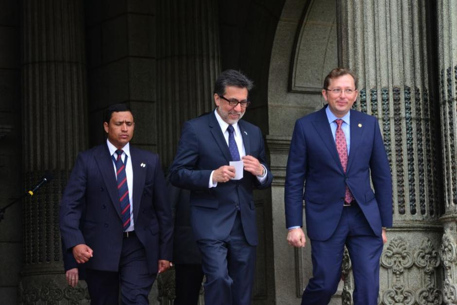 A su salida, el diplomático ofreció unas breves palabras a los medios. (Foto: Jesús Alfonso/Soy502)