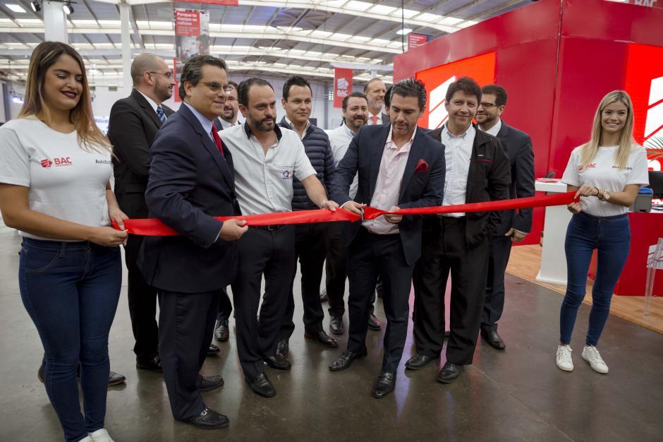 Representantes de BAC Credomatic junto a representantes de distintas marcas automotrices inauguran la AutoExpo 2017. (Foto: George Rojas/Soy502)
