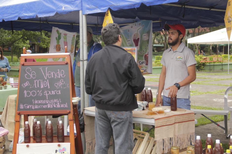 Los curiosos preguntaron por precios y el origen de los productos. (Foto: Fredy Hernández/Soy502)